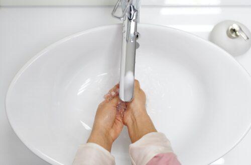kobieta myjąca ręce